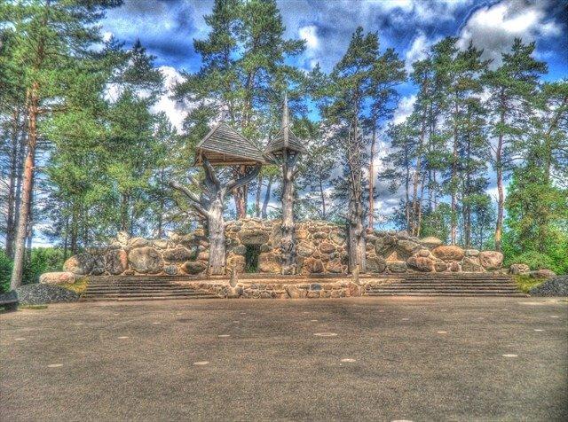 Gamtos ir kultūros parkas su medžio skulptūromis ir akmenine estrada