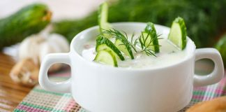 Graikiškam dzadzikio padažui gaivumo suteikia švieži agurka