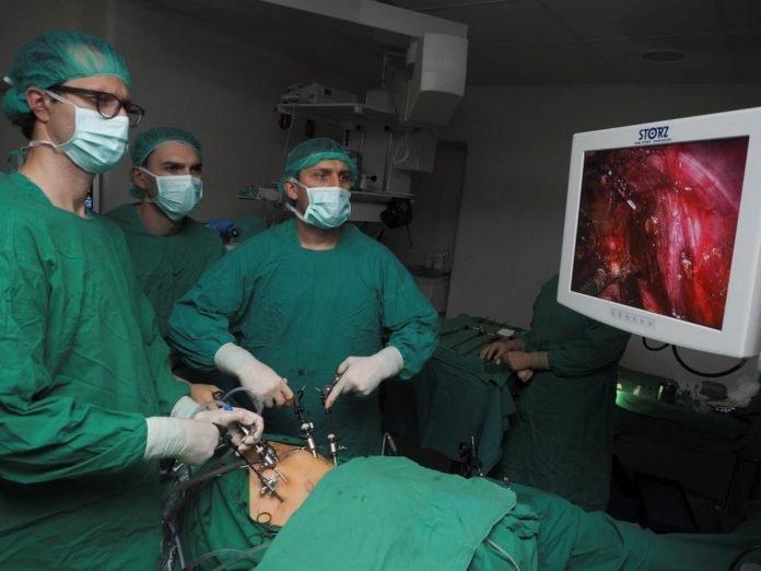 Operuoja gydytojas onkourologas Paulius Bosas (dešinėje) su kolegomis